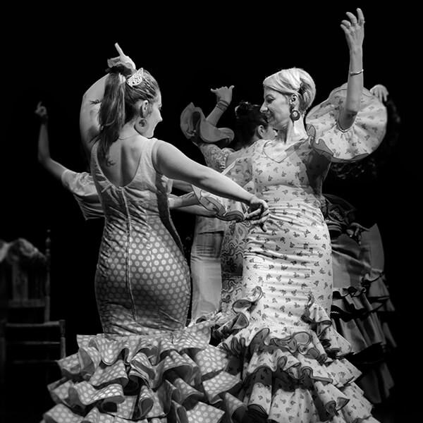 Élèves dansant une sévillane et se regardant en souriant
