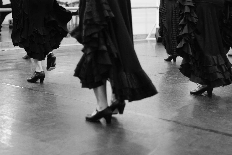 Gros plan sur les mouvements de pieds de danseuses de flamenco