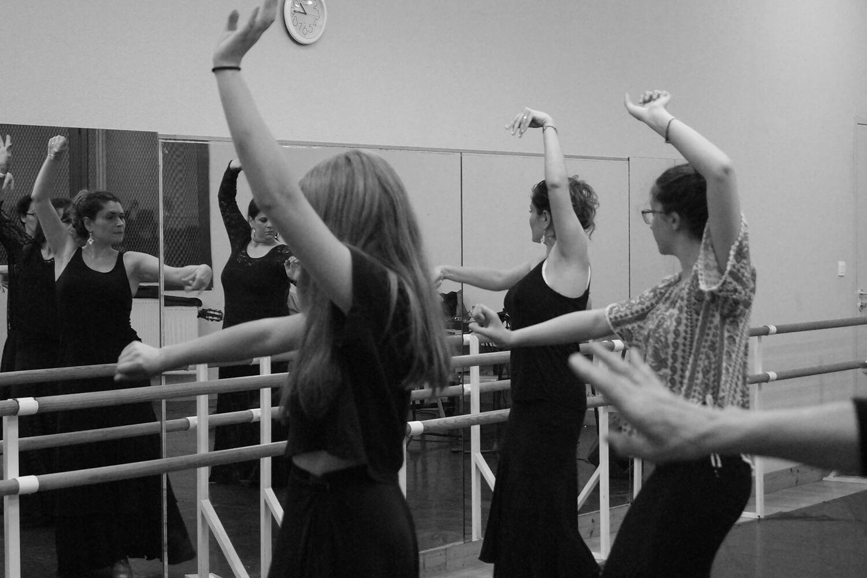 Photographie de trois élèves danseuses lors d'un cours de sévillane