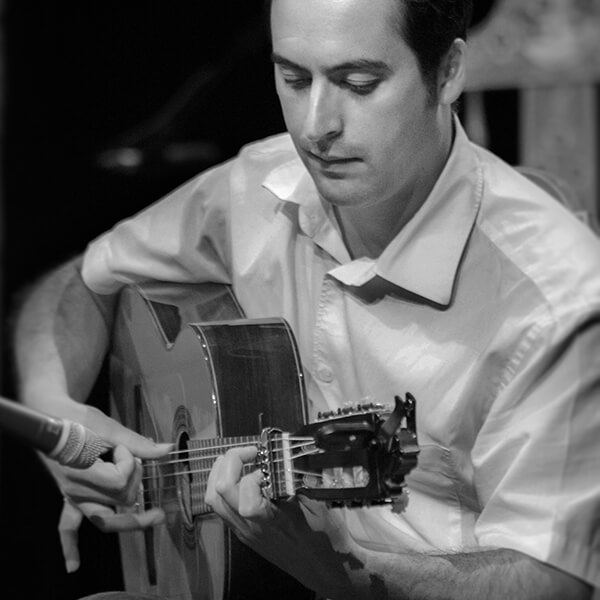 Gros plan sur un élève de guitare flamenca