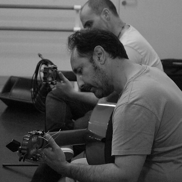 Les professeurs Pascal et Santiago en master formation jouant de la guitare